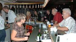 Mennesker står ved baren